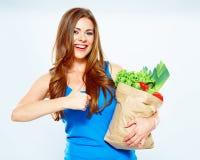 微笑的妇女举行绿色食物 免版税库存图片