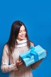 微笑的妇女举行蓝色礼物盒 圣诞节, x-mas,人们,幸福概念-愉快的妇女在冬天穿衣 免版税库存照片