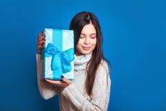 微笑的妇女举行蓝色礼物盒 圣诞节, x-mas,人们,幸福概念-愉快的妇女在冬天穿衣 库存照片