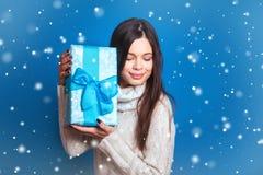 微笑的妇女举行蓝色礼物盒 圣诞节, x-mas,人们,幸福概念-愉快的妇女在冬天穿衣 库存图片