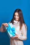 微笑的妇女举行蓝色礼物盒 圣诞节, x-mas,人们,幸福概念-愉快的妇女在冬天穿衣 免版税图库摄影