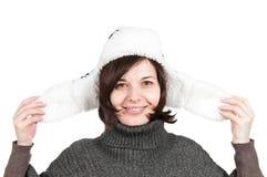 微笑的妇女佩带的冬天帽子 免版税库存照片