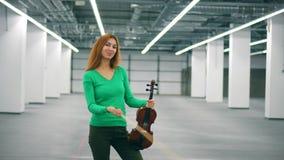 微笑的妇女使用与弓和小提琴 股票录像