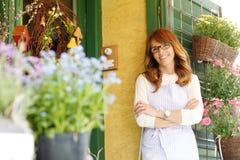微笑的妇女卖花人,小企业花店所有者 库存照片
