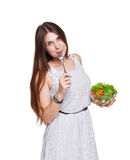 微笑的妇女吃在白色隔绝的新鲜蔬菜沙拉 免版税库存照片