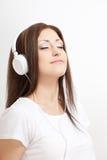 微笑的妇女听到音乐 图库摄影