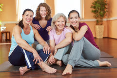 微笑的妇女在健身中心 免版税库存图片