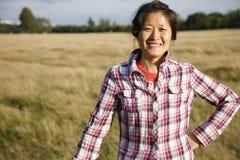 微笑的妇女在公园- 01 免版税图库摄影