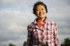 微笑的妇女在公园- 02 免版税图库摄影