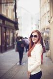 微笑的妇女在城市 库存照片