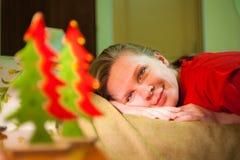 年轻微笑的妇女在Xmas树玩具看见 免版税库存照片