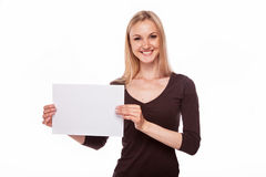 微笑的妇女展示大空白的委员会 免版税图库摄影