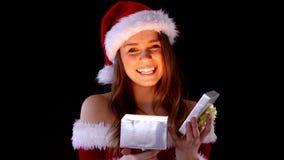 微笑的妇女开头圣诞节礼物 股票录像