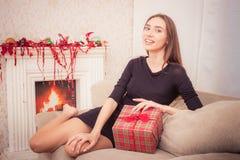 微笑的妇女拿着圣诞节闪亮金属片 库存图片