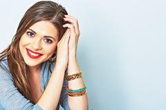 微笑的妇女接近的画象 一根式样长的头发 图库摄影