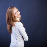 微笑的妇女斜向有克服的胳膊的 免版税库存图片