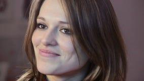 微笑的妇女特写镜头,摆在闪光的年轻可爱的女性 影视素材