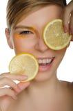 微笑的妇女用柠檬 免版税库存图片