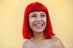 微笑的妇女画象有红色头发的 免版税库存图片