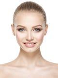 微笑的妇女的美丽的面孔有干净的新鲜的皮肤的 免版税库存照片