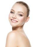微笑的妇女的美丽的面孔有干净的新鲜的皮肤的 库存图片