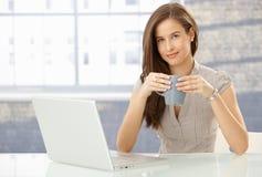 微笑的妇女纵向有计算机的 免版税库存照片