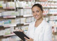 微笑的妇女药剂师 免版税图库摄影