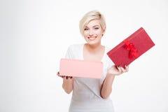 微笑的妇女藏品被打开的礼物盒 库存照片