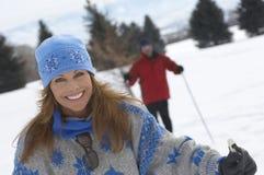 微笑的妇女越野滑雪画象  库存照片