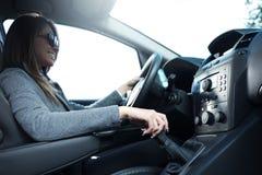年轻微笑的妇女驾驶 免版税库存照片