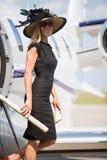 微笑的妇女,当下船私人喷气式飞机时 免版税库存图片