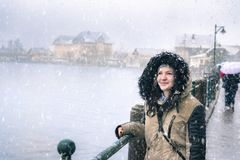 微笑的妇女,当下雪时 免版税库存图片