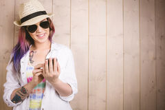 微笑的妇女,当使用手机时 免版税图库摄影