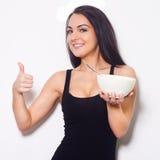 微笑的妇女,当拿着碗时。 免版税库存照片