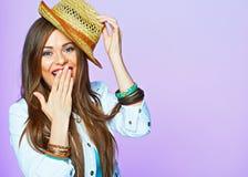 微笑的妇女 在紫罗兰色背景的画象 beauvoir 免版税库存照片