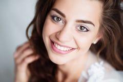 微笑的妇女画象有完善的看照相机的微笑和白色牙的 图库摄影