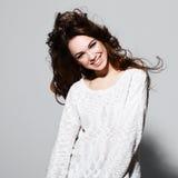 微笑的妇女画象有秀丽长的棕色头发的-摆在演播室 免版税图库摄影