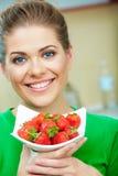 微笑的妇女whith草莓 库存图片