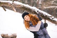 微笑的姜冬天女孩画象  库存照片