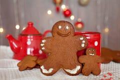 微笑的姜饼人和一更小一个在他旁边站立的i 免版税库存图片