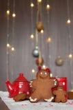 微笑的姜饼人和一更小一个在他旁边站立的i 免版税库存照片