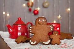 微笑的姜饼人和一更小一个在他旁边站立的i 库存照片