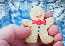 微笑的姜饼人在手上 图库摄影