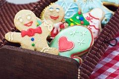 微笑的姜饼人曲奇饼和休息在礼物盒 免版税库存图片