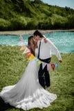 微笑的婚礼夫妇 库存图片