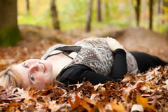 微笑的孕妇在森林里 免版税库存照片