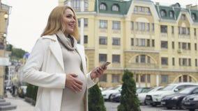 微笑的孕妇读书电话留言,分娩应用,作梦 影视素材