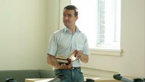 微笑的学生在图书馆学习和天作梦,他是和看想出, 股票录像