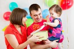 微笑的孩子、母亲和父亲开头礼物盒 免版税库存图片