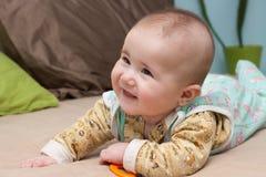 微笑的孩子在床上 免版税库存图片